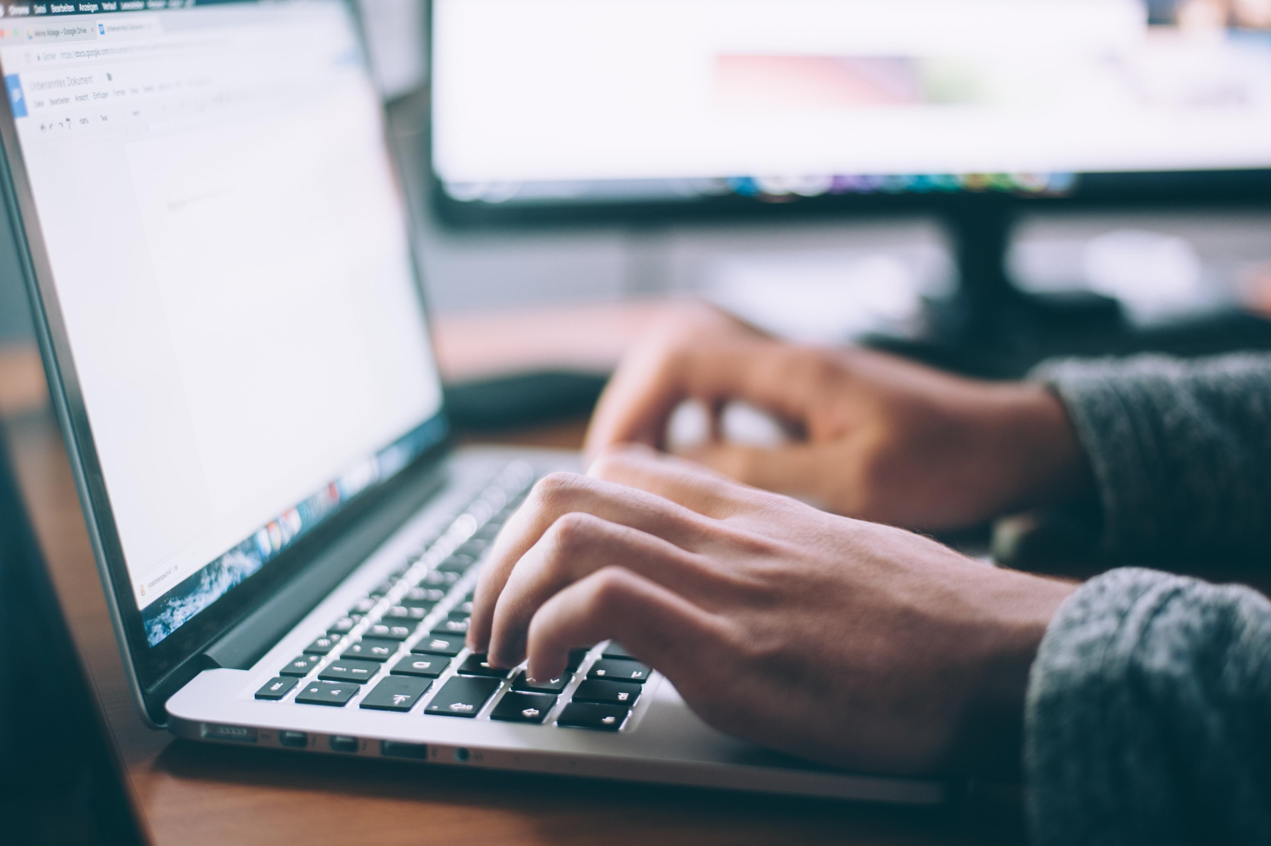 Mains tapant sur clavier ordinateur