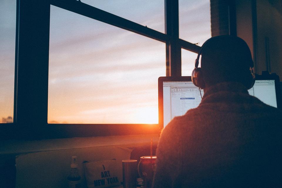 Homme ordinateur soleil couchant
