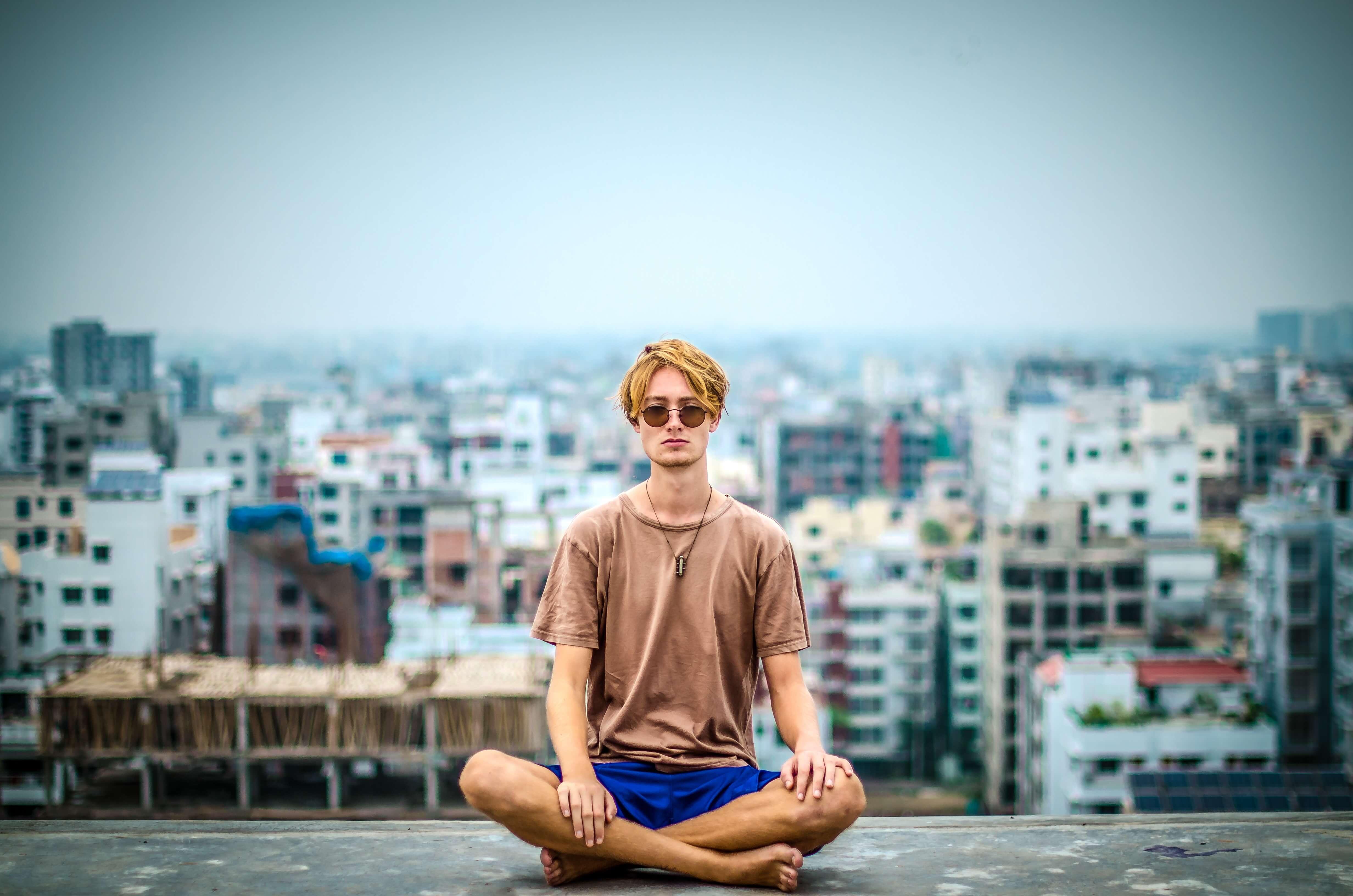 Homme méditation ville