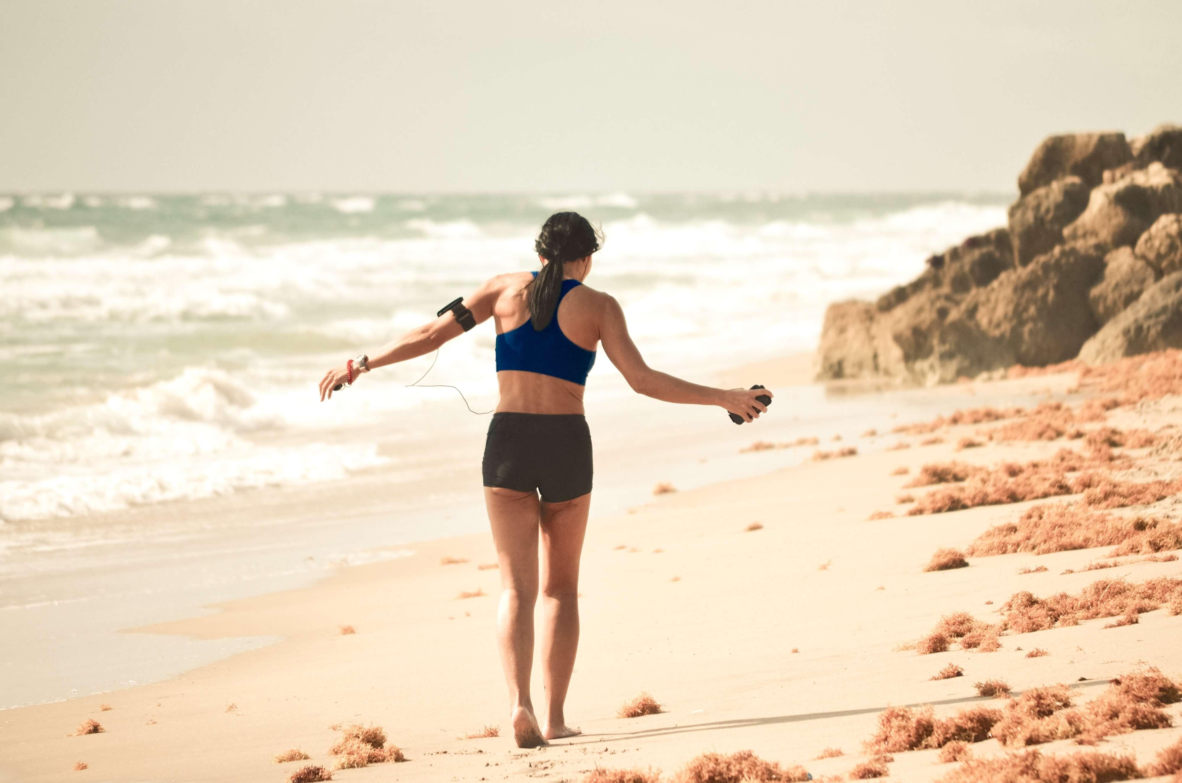 Femme sport plage